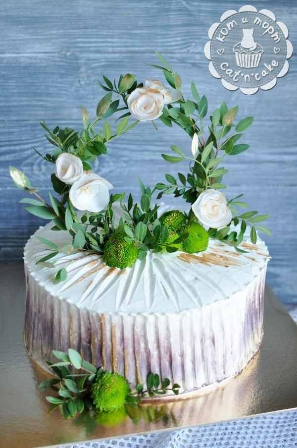 Торт с венком из зелени и роз