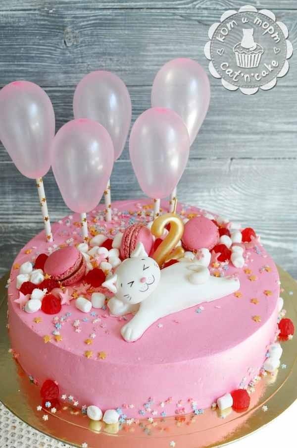 Розовый торт с шариками и котом