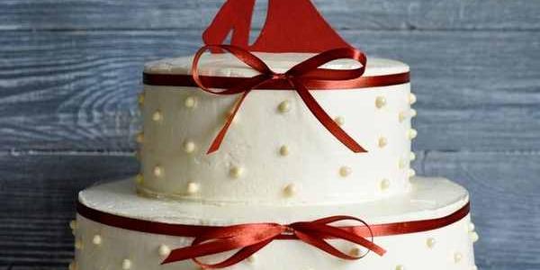 Стильный свадебный белый торт
