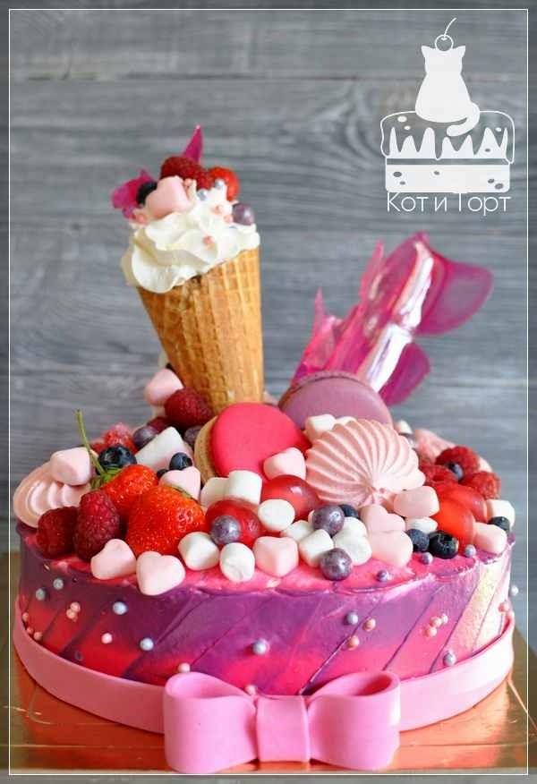 Большой розовый торт с рожком