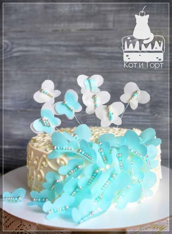 Белый торт с бирюзовыми бабочками