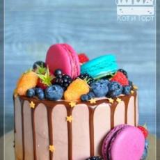Разноцветный торт с ягодами и макарунами