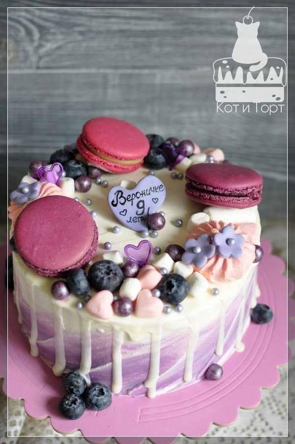Бело-фиолетовый торт с макарунами
