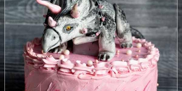 Розовый торт с трицератопсом
