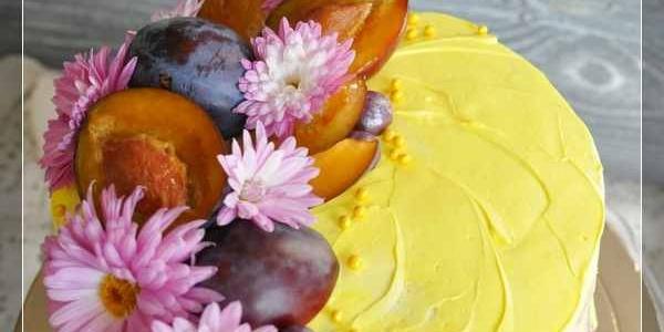 Торт с живыми цветами и фруктами