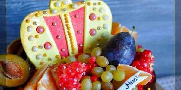 Торт с короной и фруктами