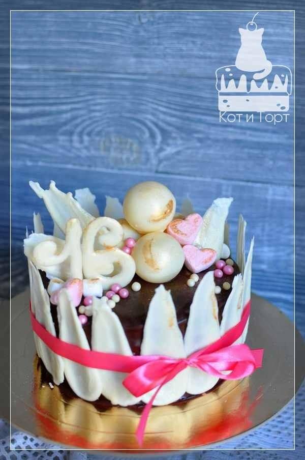 Торт с белыми перьями и шарами