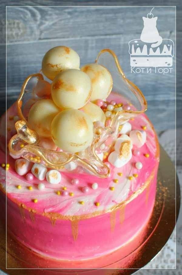 Розовый торт с белыми шарами