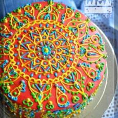 Красный торт с индийскими узорами