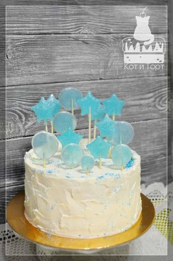 Белый торт с голубыми леденцами