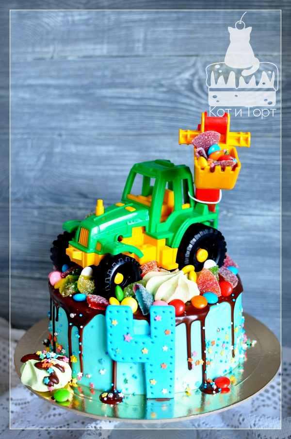 Торт с трактором-игрушкой
