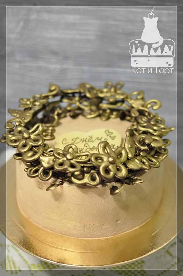 Бежевый торт на день рождения