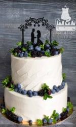 Белый двухъярусный торт с ягодами