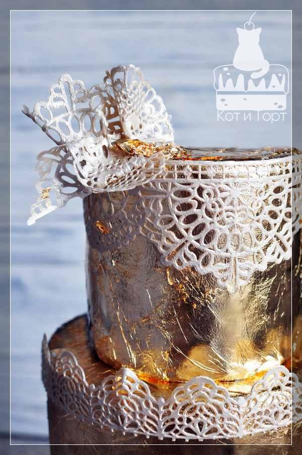 Золотой торт с белыми кружевами