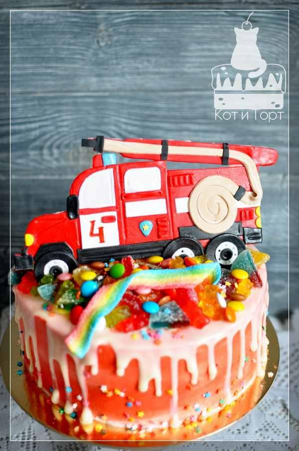 Торт с красной пожарной машиной