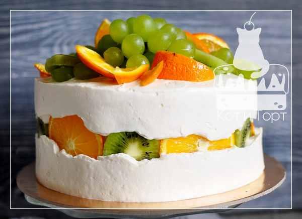 Белый торт с киви, апельсином и виноградом