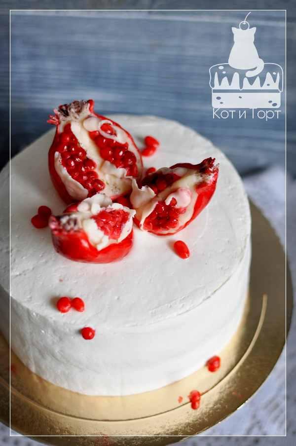 Белый торт с гранатом