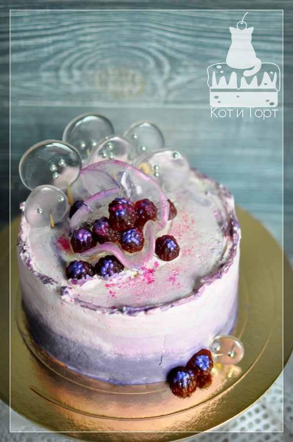 Бело-розовый торт с прозрачными леденцами