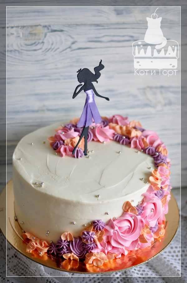 Белый торт с цветами и девушкой