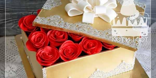 Торт в виде коробки с красными розами