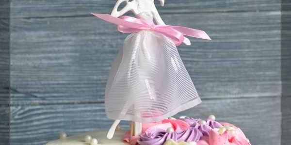 Лёгкий торт с цветами и девушкой
