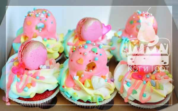 Розовые капкейки с пончиками и макарунами