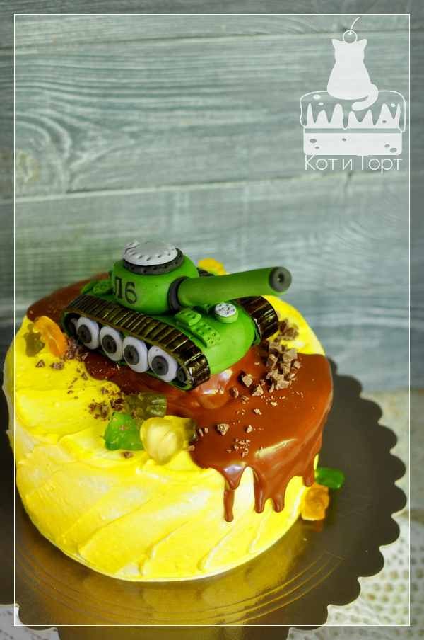 Жёлтый торт с зелёным танком