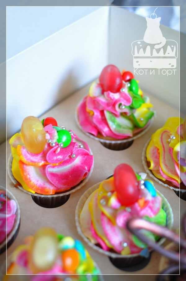 Разноцветные капкейки с леденцами