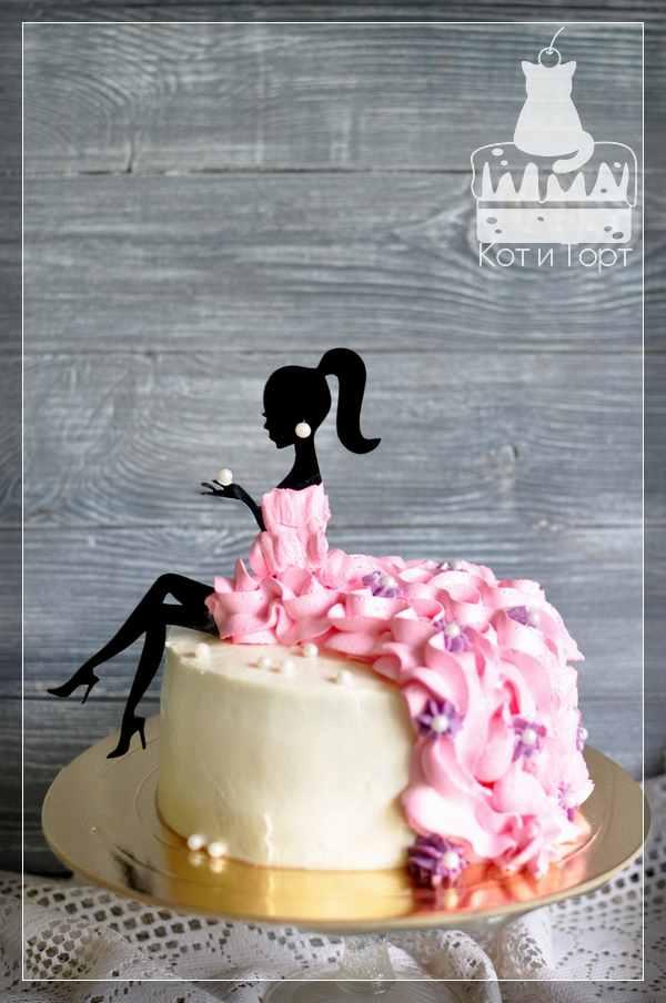 Белый торт с розовыми цветами и девушкой