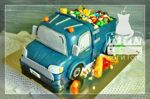 Торт с грузовичком и конфетами