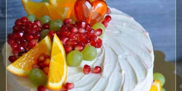 Белый торт с апельсином и гранатом