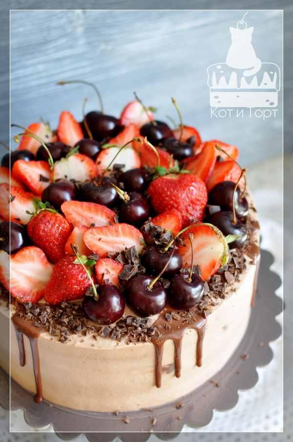 Торт с черешней и клубникой