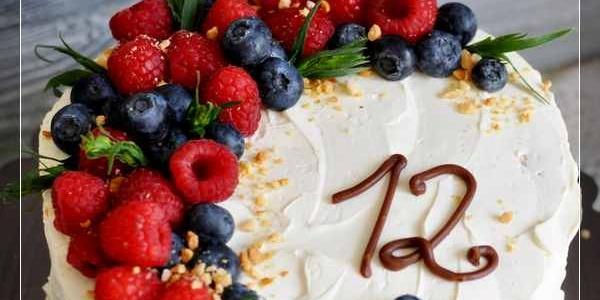 Белый торт с малиной и черникой