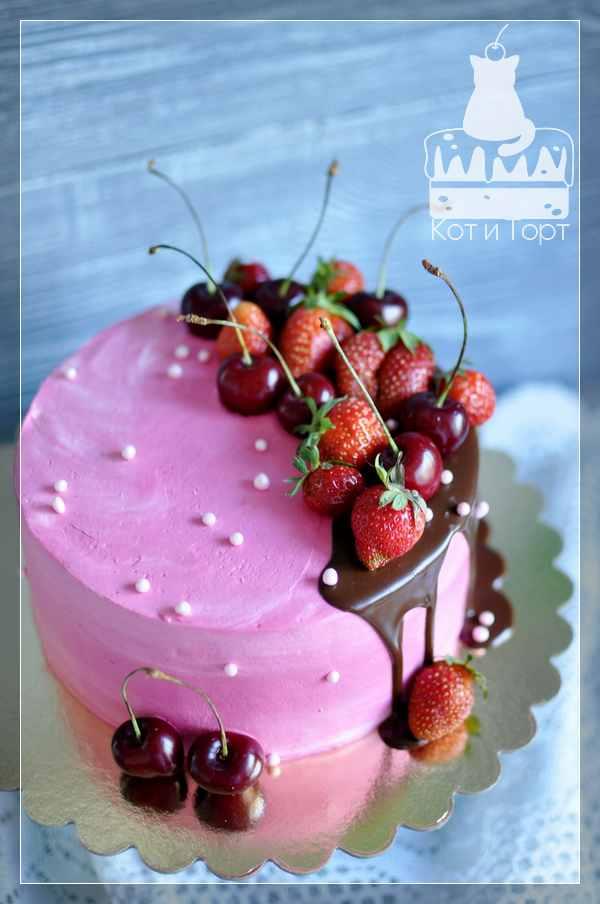 Розовый торт с ягодами