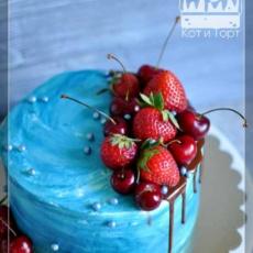 Голубой торт с ягодами