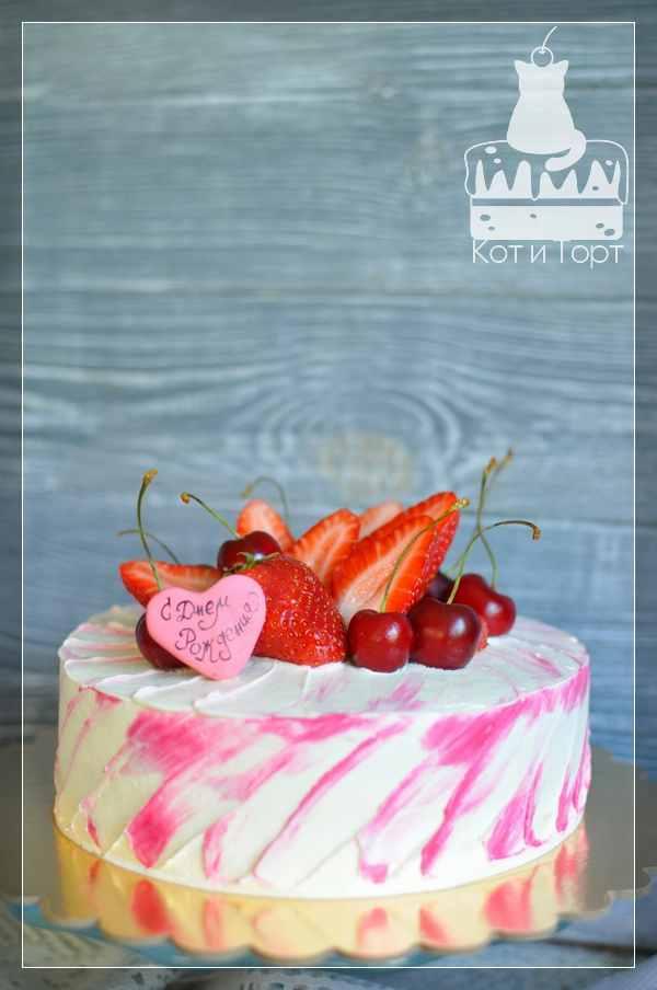 Бело-розовый торт с ягодами