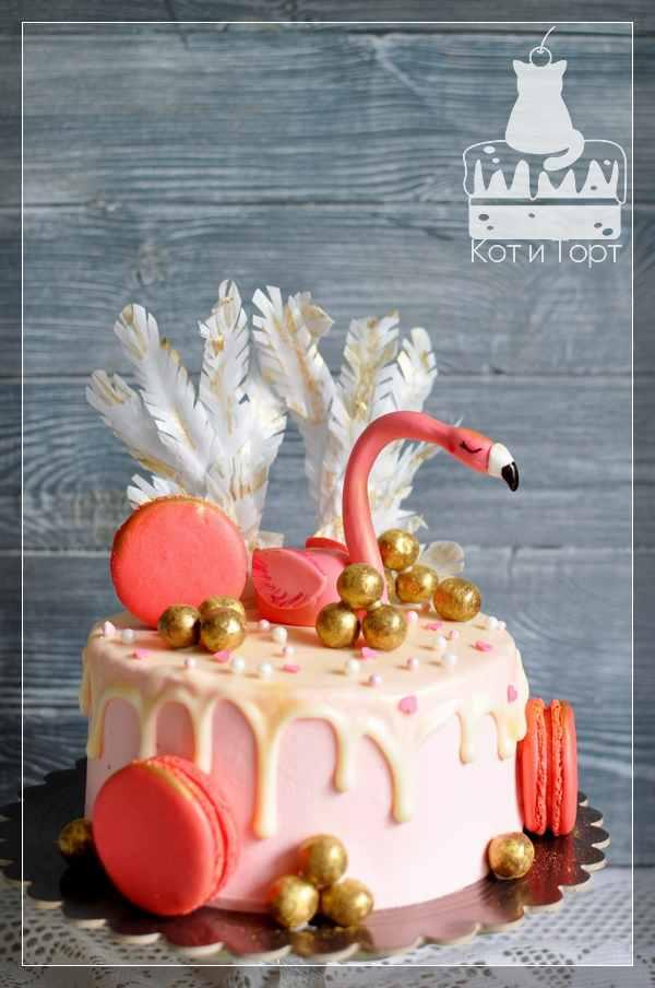 Розовый торт с фламинго