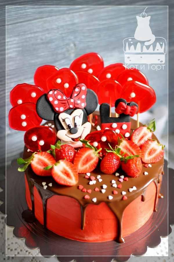Красный торт с Минни-Маусом и леденцами