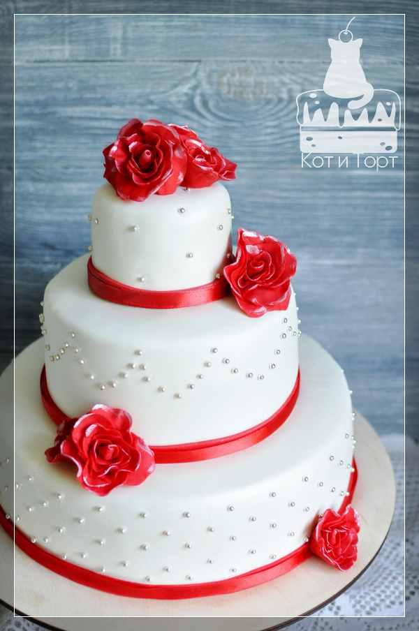 Белый трёхъярусный свадебный торт