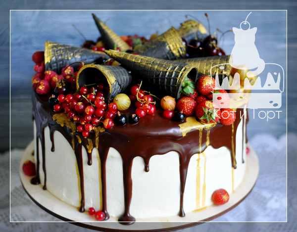 Торт с ягодами и вафельными рожками