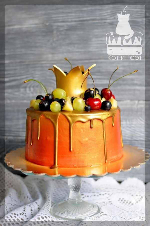 Золотистый торт с короной