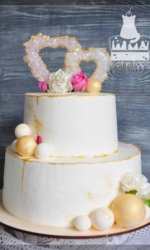 Белый двухъярусный торт с сердечками