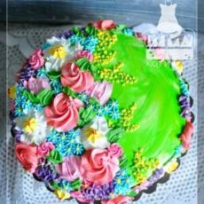 Зелёный торт с кремовыми цветами