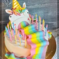 Торт Единорога тошнит радугой