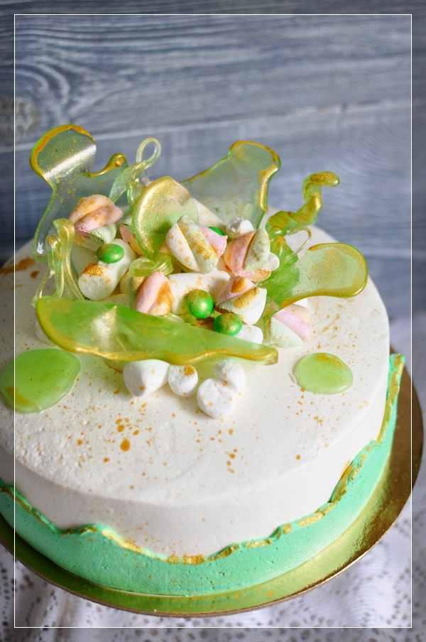 Бело-зелёный торт с леденцами