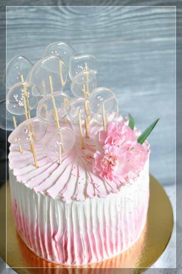 Бело-розовый торт с леденцами