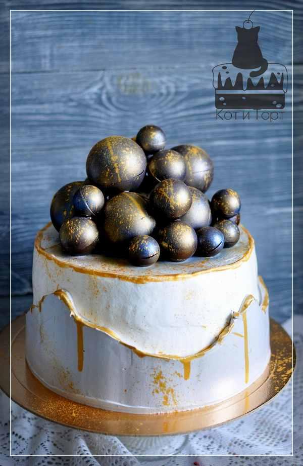 Белый торт с шоколадными шарами
