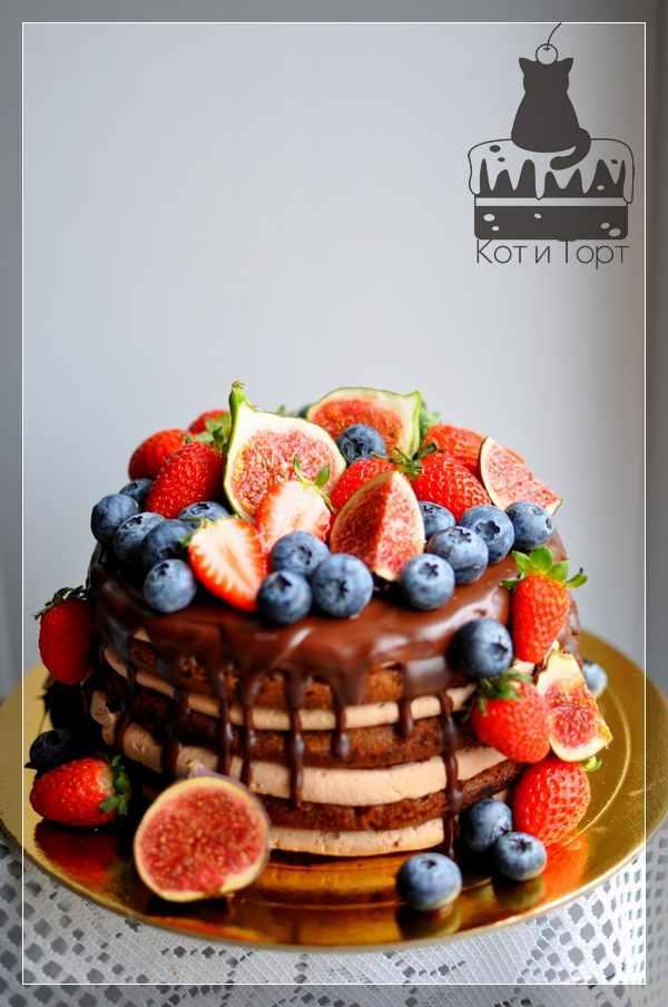 Торт с голубикой, инжиром и клубникой