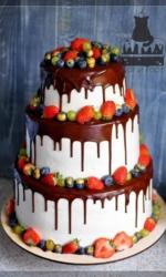 Свадебный трёхъярусный торт с ягодами