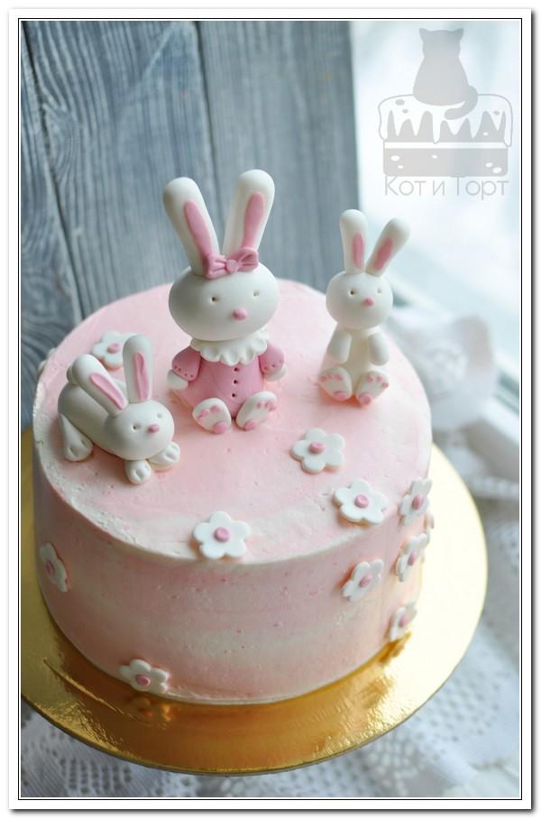 Розовый торт с зайчиками